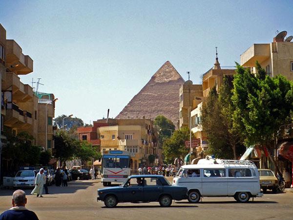 街からピラミッド 600