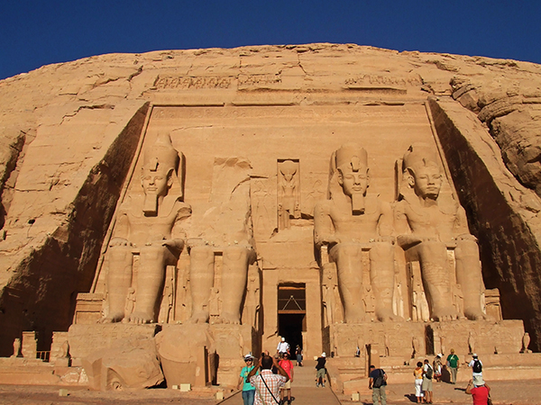 4体の巨大なラムセス2世像