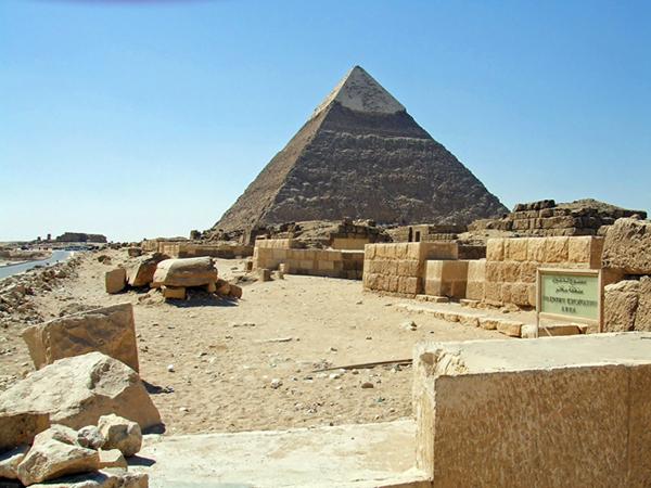 ピラミッドを横目に歩いて行く