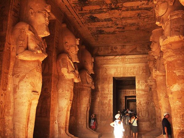 神殿入口にも巨大な像が立ち並ぶ