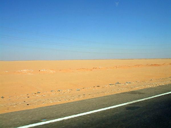 早朝から砂漠の1本道をひたすら進む