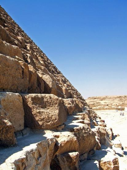 ピラミッドは一つ一つが巨大な岩